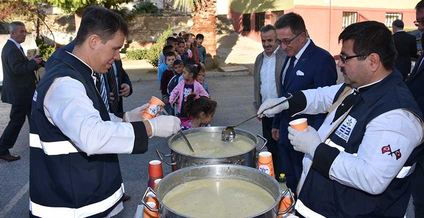 Edremit Belediyesi Öğrencilere Çorba Dağıttı