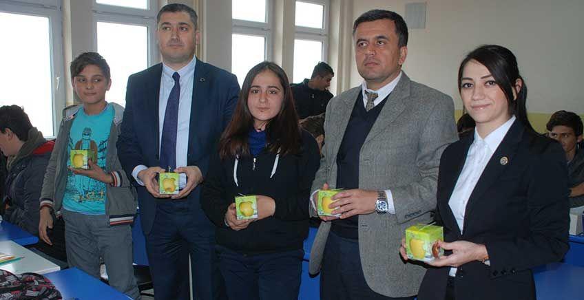Ziraat Odası Okullarda Elma Dağıttı
